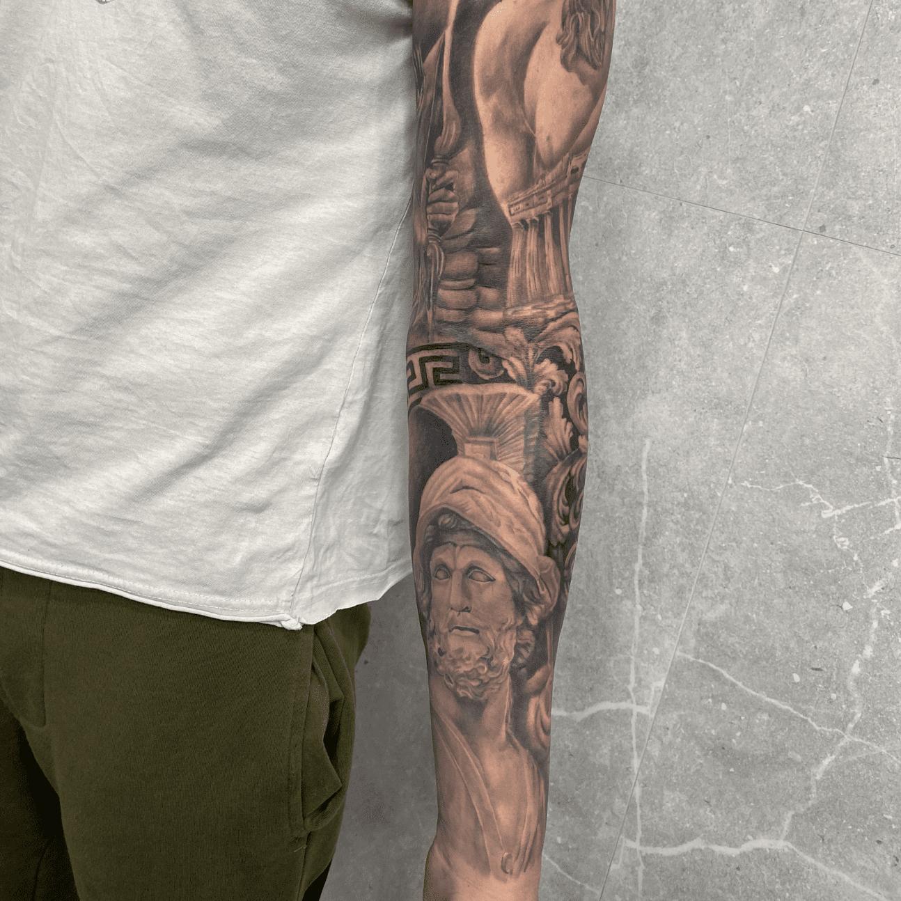 braccio-realistico-tattoo-black-and-grey-alt