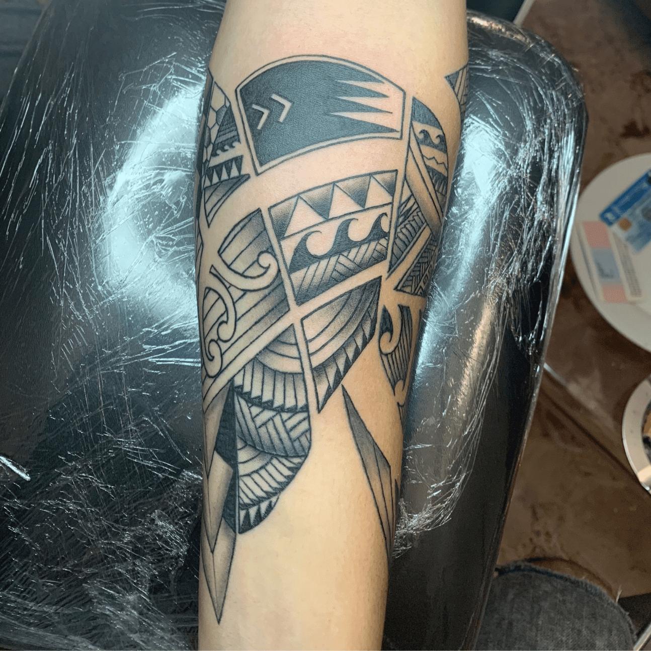 un tatuaggio maori avambraccio