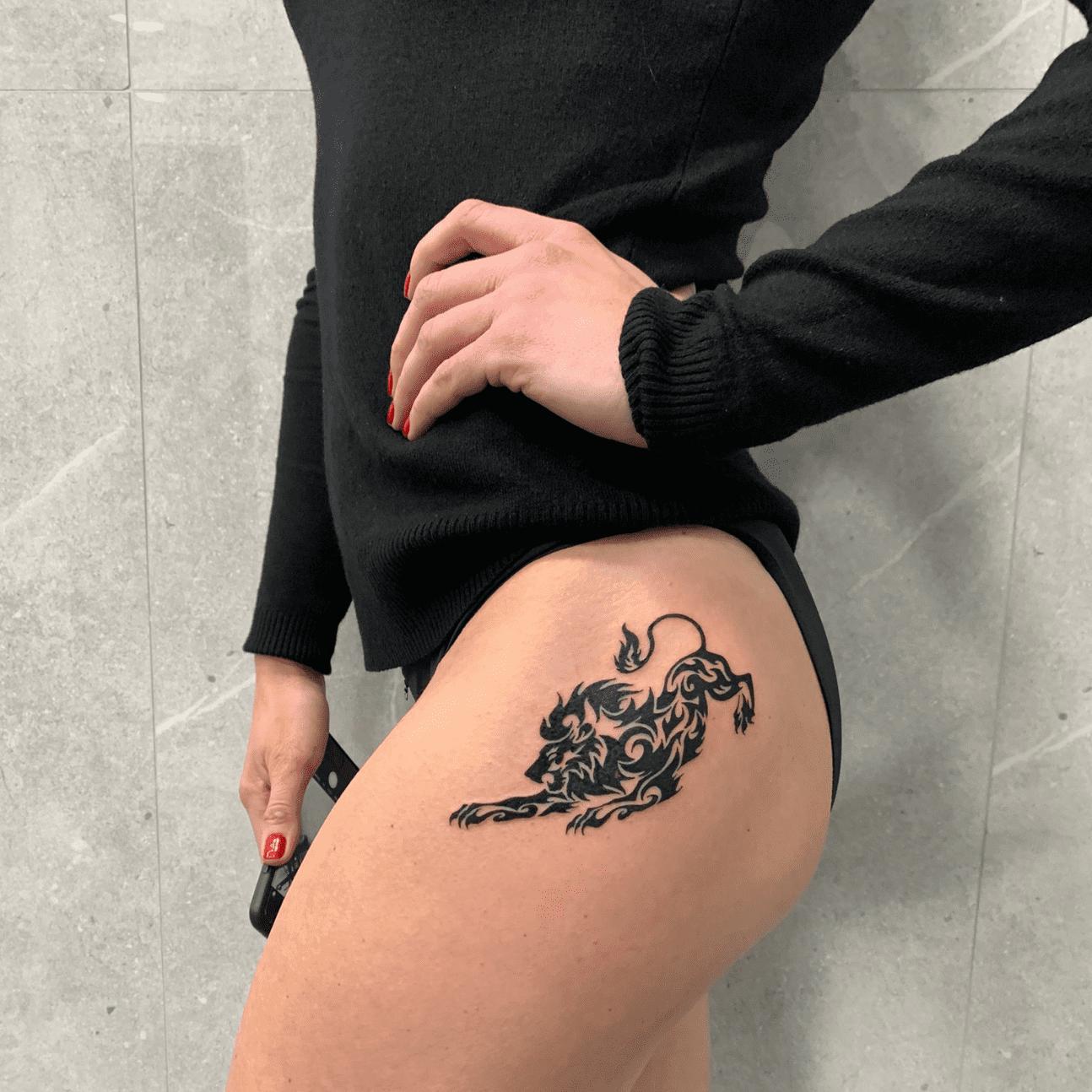 Tatuaggio maori sulla coscia di una ragazza